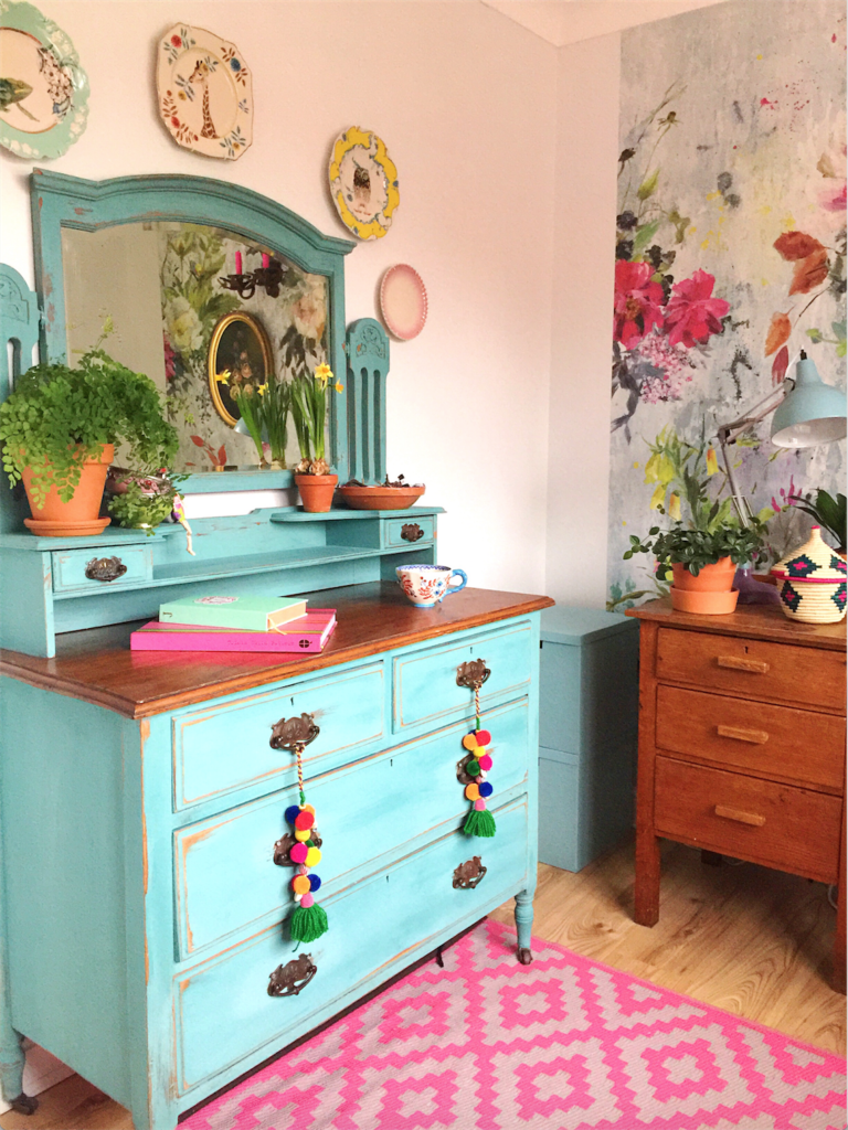 Super easy chalk paint dresser makeover. How not to adore a bit of furniture DIY?!